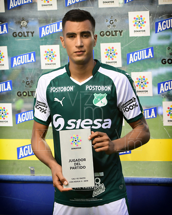 PALMIRA - COLOMBIA, 01-09-2019: Christian Rivera del Cali recibe el premio almejor jugador después del partido entre Deportivo Cali y Deportivo Pasto por la fecha 9 de la Liga Águila II 2019 jugado en el estadio Deportivo Cali de la ciudad de Palmira. / Christian Rivera of Cali receives the best player award after the match for the date 9 between Deportivo Cali and Deportivo Pasto of the Aguila League II 2019 played at Deportivo Cali stadium in Palmira city. Photo: VizzorImage / Nelson Rios / Cont