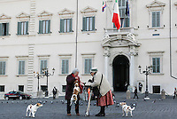 Roma: due signore davanti il Quirinale..Rome: two woman in front of Palazzo del Quirinale. Quirinale palace is the official residence of Italy's President