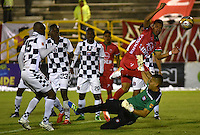 TUNJA -COLOMBIA, 28-05-2016. Danny Rosero (Der) jugador de Patriotas FC suparea a Jose Escobar (Izq) arquero de Boyacá Chicó FC para anotar gol durante partido por la fecha 20 de la Liga Águila I 2016 realizado en el estadio La Independencia en Tunja./ Danny Rosero (R) player of Patriotas FC outperforms to Jose Escobar (L) goalkeeper of Boyaca Chico FC during match for the date 20 of Aguila League I 2016 at La Independencia stadium in Tunja. Photo: VizzorImage/César Melgarejo/Cont
