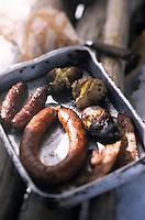"""Europe/France/Rhône-Alpes/74/Haute-Savoie/La Chapelle-d'Abondance: Cuisson des saucisses au choux, des diots fumés et du lard grillé de la boucherie """"Mollaz"""" lors d'une journée trappeur - Barbecue au chalet du Perthuis 1700m dans le massif du Mont de Grange"""