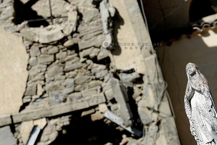 Torrita, Amatrice, 26 Agosto 2016.<br /> Una statua della Madonna tra le macerie della Chiesa di Torrita, frazione di Amatrice. <br /> L'Italia &egrave; stata colpita da un potente, terremoto di 6,2 magnitudo nella notte del 24 agosto, 2016, che ha ucciso almeno 290 persone .<br /> A statue of the Madonna in the rubble of the Church of Torrita ,a hamlet of Amatrice , earthquake in central Italy was struck by a powerful, 6.2-magnitude earthquake in the night of August 24, 2016, Which has killed at least 290 people and devastated hundreds of houses.