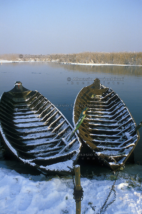 Curtatone (Mantova), Localit&agrave; le Grazie, antiche barche con neve sul lago Superiore.<br /> Curtatone (Mantua), Le Grazie, antique boats with snow on the Upper Lake.