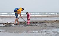 Nederland -  Wijk aan Zee - 2019.     Boskalis Beach Cleanup Tour. De Familiedag. In de zomer van 2019 wordt de hele Noordzeekust weer schoon dankzij de Boskalis Beach Cleanup Tour van Stichting De Noordzee. Dit wordt gedaan om om te laten zien hoeveel afval er op de stranden ligt en in zee terechtkomt. De plasticsoep zorgt ervoor dat er jaarlijks meer dan 1 miljoen zeedieren sterven.      Foto mag niet in negatieve / schadelijke context worden gepubliceerd. Foto Berlinda van Dam / Hollandse Hoogte