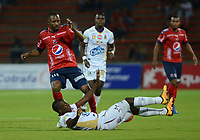 MEDELLÍN -COLOMBIA-23-04-2017: Juan D. Valencia (Izq) jugador del Medellín disputa el balón con Juan G. Arboleda (Der) de Pasto durante el encuentro entre Independiente Medellín y Deportes Tolima por la fecha 14 de la Liga Águila I 2017 jugado en el estadio Atanasio Girardot de la ciudad de Medellín. / Juan D. Valencia (L) player of Medellin vies for the ball with Juan G. Arboleda (R) player of Pasto during match between Independiente Medellin and Deportes Tolima for date 14 of the Aguila League I 2017 at Atanasio Girardot stadium in Medellin city. Photo: VizzorImage/ León Monsalve / Cont