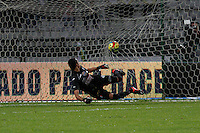 MANIZALES -COLOMBIA, 26-04-2014. Aspecto del partido de Once Caldas vs Independiente Santa Fe  válido por los curates de Final de la Liga Postobón I 2014 jugado en el estadio Palogrande de la ciudad de Manizales./  Aspect during match Once Caldas player vs Independiente Santa Fe for the quarter-finals of the Postobon  League I 2014 at Palogrande stadium in Manizales city. Photo: VizzorImage/Santiago Osorio/STR