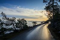 Regnvåt väg i solsken vid havet i november vid Nynäshamn i Stockholms skärgård