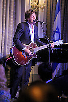 NEW YORK - JULY 12: Musician Rob Thomas performs during the UJA-Federation Music Visionary of the Year Award Luncheon at the Pierre Hotel on July 12, 2012 in New York City. (Photo by MPI81/MediaPunchInc) /*NORTEPHOTO*<br />
