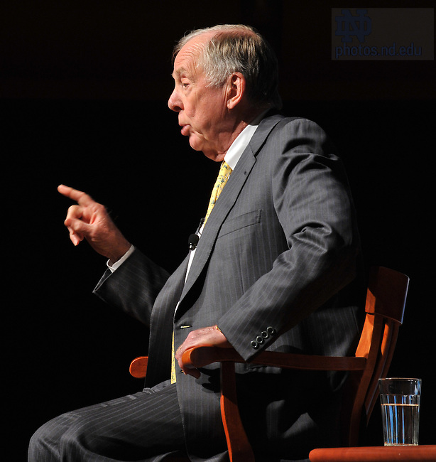 Energy executive T. Boone Pickens speaks at a town hall meeting Oct. 26, 2009 at the DeBartolo Performing Arts Center to discuss his Pickens Plan for U.S. energy independence from imported oil...Photo by Matt Cashore/University of Notre Dame
