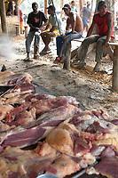 Carne vendida na currutela.<br />No meio da mata garimpeiros continuam a cavar em busca de ouro na grota Rica. Milhares de garimpeiros se encontram espalhados pela região do Garimpo em busca de novas jazidas. O  garimpo descoberto em Novo Aripuanã, no sul do Amazonas no igarapé da Preciosa, um afluente do rio Juma (a 70 km da cidade de Apuí) vai crescendo com dezenas de buracos abertos sob a selva.<br />Novo Aripuanã, Amazonas, Brasil<br />01/02/2007<br />Foto Paulo Santos/Interfoto