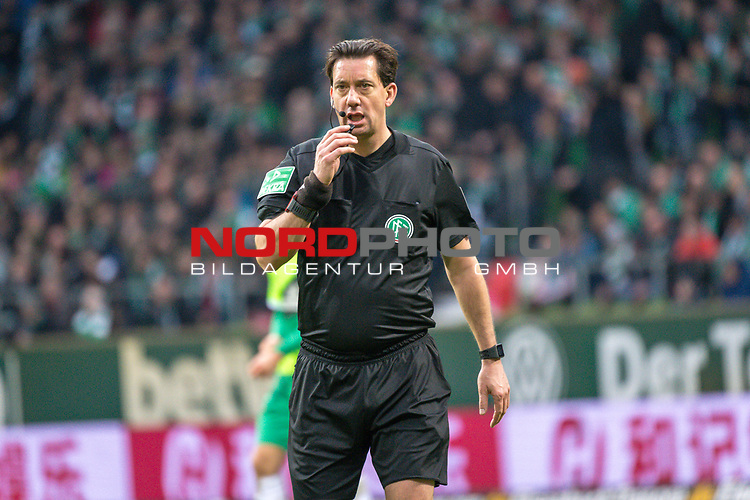 10.02.2019, Weser Stadion, Bremen, GER, 1.FBL, Werder Bremen vs FC Augsburg, <br /> <br /> DFL REGULATIONS PROHIBIT ANY USE OF PHOTOGRAPHS AS IMAGE SEQUENCES AND/OR QUASI-VIDEO.<br /> <br />  im Bild<br /> <br /> Manuel Gr&auml;fe / Graefe ( Schiedsrichter / Referee)<br /> <br /> Foto &copy; nordphoto / Kokenge