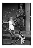 Soldado faz guarda durante treinamento anti-guerrilha do exército em comunidade no interior do Pará.<br /> Nova Timboteua, Pará, Brasil.<br />Foto Paulo Santos