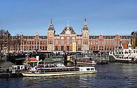 Nederland - Amsterdam -  2019. Centraal Station.  Toeristen bij een rondvaartboot. Foto Berlinda van Dam Hollandse Hoogte