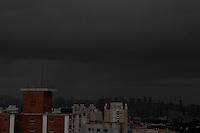 FOTO EMBARGADA PARA VEICULOS INTERNACIONAIS. SÃO PAULO, SP, 27/12/2012, NUVENS CAREREGADAS. A chuva se aproxima de Sâo Paulo na tarde dessa Quinta-feira (27), nuvens carregadas já são vistas por toda cidade. Luiz Guarnieri/ Brazil Photo Press