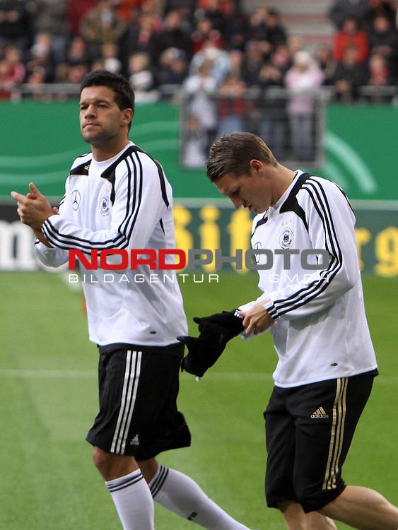 &Ouml;ffentliches Training DFB-Auswahl, 12.10.09 Hamburg<br /> <br /> <br /> Michael Ballack klatscht, Bastian Schweinsteiger braucht bei +11 Grad schon Handschuhe.<br /> <br /> <br /> Foto &copy; nph (nordphoto)<br /> <br /> *** Local Caption ***
