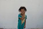 13 septiembre 2015. Nador. Marruecos.<br /> Almas, de 6 a&ntilde;os de edad, es una ni&ntilde;a siria que, junto a sus padres y sus tres hermanos, est&aacute; bloqueada en Nador (Marruecos) esperando a poder cruzar a Melilla para comenzar una nueva vida en Europa. Desde que sali&oacute; de Siria, esta ni&ntilde;a dej&oacute; de recibir educaci&oacute;n. Sus padres cuentan c&oacute;mo ha vivido el viaje, atravesando Turqu&iacute;a, Argelia y Marruecos, con miedos y tristeza. La ONG Save the Children exige al Gobierno espa&ntilde;ol que tome un papel activo en la crisis de refugiados y facilite el acceso de estas familias a trav&eacute;s de la expedici&oacute;n de visados humanitarios en el consulado espa&ntilde;ol de Nador. Save the Children ha comprobado adem&aacute;s c&oacute;mo muchas de estas familias se han visto forzadas a separarse porque, en el momento del cierre de la frontera, unos miembros se han quedado en un lado o en el otro. Para poder cruzar el control, las mafias se aprovechan de la desesperaci&oacute;n de los sirios y les ofrecen pasaportes marroqu&iacute;es al precio de 1.000 euros. Diversas familias han explicado a Save the Children c&oacute;mo est&aacute;n endeudadas y han tenido que elegir qui&eacute;n pasa primero de sus miembros a Melilla, dejando a otros en Nador.<br /> &copy; Save the Children Handout/PEDRO ARMESTRE - No ventas -No Archivos - Uso editorial solamente - Uso libre solamente para 14 d&iacute;as despu&eacute;s de liberaci&oacute;n. Foto proporcionada por SAVE THE CHILDREN, uso solamente para ilustrar noticias o comentarios sobre los hechos o eventos representados en esta imagen.<br /> Save the Children Handout/ PEDRO ARMESTRE - No sales - No Archives - Editorial Use Only - Free use only for 14 days after release. Photo provided by SAVE THE CHILDREN, distributed handout photo to be used only to illustrate news reporting or commentary on the facts or events depicted in this image.