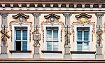 Litwa, Wilno, 08.07.2014. Dekoracje na oknach Uniwersytetu Wileńskiego.