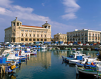 Italy, Sicily, Siracusa: Harbour and view at peninsula Ortygia