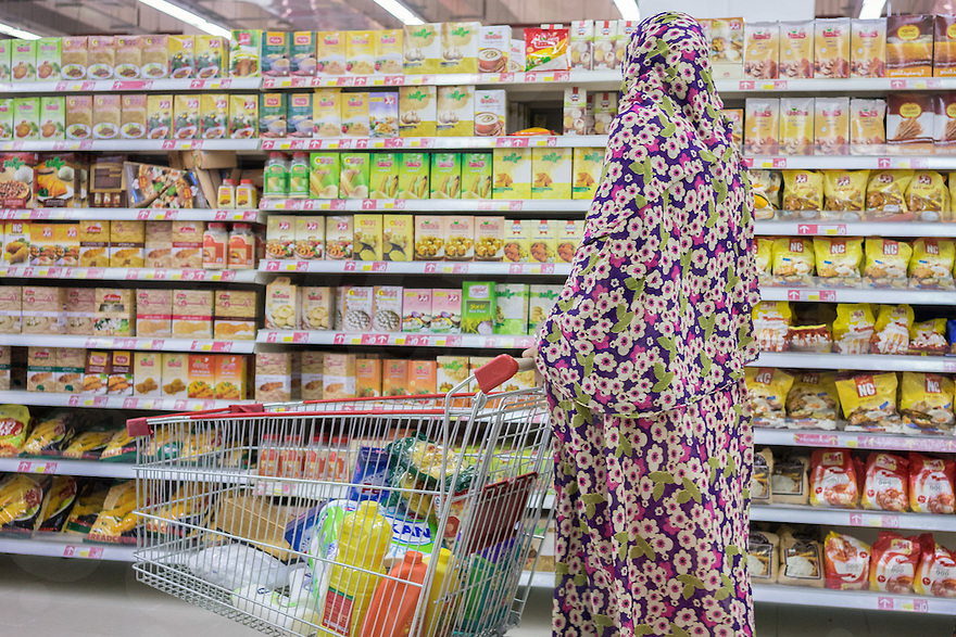 June 29, 2014 - Shiraz, Iran. A woman shops at Hyperstar, Iran's first international-style hypermarket, built inside the Persian Gulf Complex, a huge mall in the outskirts of Shiraz. Hyperstar plans to open 15 branches by 2015 in 5 different cities. © Thomas Cristofoletti / Ruom