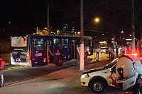 SAO PAULO, SP, 09.09.2014 - TENTATIVA INCENDIO ONIBUS - Homens tentaram interceptar ônibus na estrada do Campo Limpo com a rua Gaspar, próximo ao mercado da empresa metropolitana EMTU que faz a linha terminal Campo Limpo / JD Vazame , para colocar fogo sem sucesso devido motorista se recusar a parar o ônibus que estava cheio de passageiros, marginais jogaram um galão de gasolina em baixo do ônibus ao notar presença de Policiais Militares da ROCAN fugiram, na regiao sul de Sao Paulo na noite desta terça-feira, 09. (Foto: Andre Ribeiro / Brazil Photo Press).