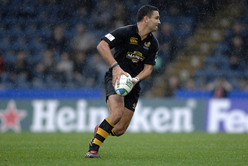 Photo: Richard Lane..London Wasps v Castres Olympique. Heineken Cup. 22/10/2006. .Wasps' Jeremy Staunton passes.