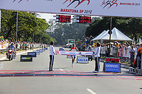 SAO PAULO, SP, 17 DE JUNHO DE 2012 - MARATONA SP 2012 - Adugna Birhane Dibaba, segundo lugar feminino na Maratona de SP, o brasileiro, Solonei Rocha da Silva, na chegada da Maratona de SP, na manha deste domingo, 17 de Junho. (FOTO: MILENE CARDOSO / BRAZIL PHOTO PRESS).