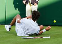 22-06-11, Tennis, England, Wimbledon, Robin Haase valt en moet zijn knie laten behandelen