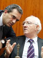 il sindaco di Napoli Luigi de Magistris con il presidente del consiglio comunale Raimondo Pasquino durante una seduta del consiglio comunale di napoli
