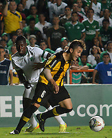 CALI -COLOMBIA-25-09-2014. Carlos Rivas (Izq) del Deportivo Cali de Colombia disputa  el balón con Diogo (Der) de Peñarol de Uruguay  durante partido por la segunda fase, llave 6, de la Copa Total Sudamericana 2014 jugado en el estadio Pascual Guerrero de la ciudad de Cali./ Carlos Rivas (L) player of Deportivo Cali of Colombia vies for the ball with Diogo (Der) player of Peñarol of Uruguay during match for the second phase, key 6, of the Total Sudamericana Cup played at Pascual Guerrero stadium in Cali city.  Photo: VizzorImage/STR