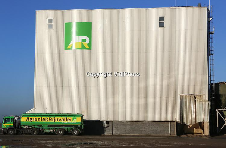 Foto: VidiPhoto<br /> LIENDEN - De veevoederfabriek van AgruniekRijnvallei (AR) in Lienden