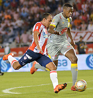 BARRANQUILLA -COLOMBIA, 11-NOVIEMBRE-2015. Juan David Perez  jugador del Atlético Junior  disputa el balón con Yerry Mina del Independiente Santa Fe  por el partido de la final ida de la Copa  Aguila II 2015 jugado en el estadio Metropolitano Roberto Meléndez./ Juan David Perez Atletico Junior player fights for the ball with Yerry Mina player of Independiente Santa Fe by the end of the first leg match of the Copa II 2015 Aguila played in Metropolitano Roberto Melendez  stadium . Photo: VizzorImage / Alfonso Cervantes / Str