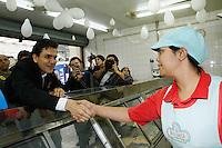 SAO PAULO, SP, 04 DE SETEMBRO 2012 - CAMPANHA ELEITORAL - CANDIDATO GABRIEL CHALITA - O candidato do PMDB à Prefeitura de São Paulo, Gabriel Chalita, vista na manhã desta terça-feira(04), o Mercado Municipal Rua Silva Bueno centro comercial no bairro do Ipiranga zona sul de São Paulo.  (FOTO: AMAURI NEHN / BRAZIL PHOTO PRESS).