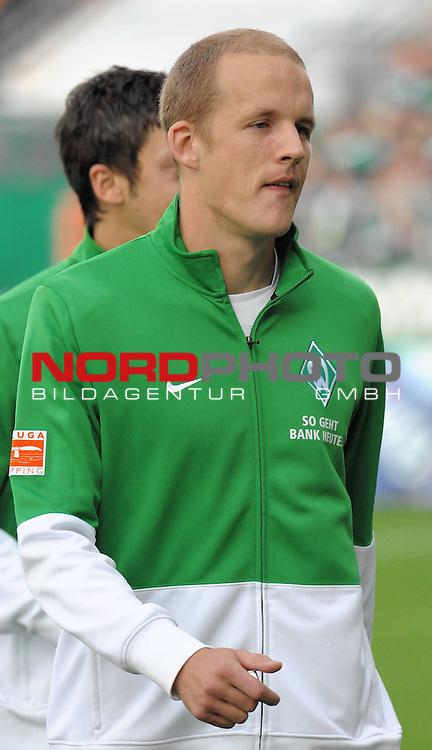 FBL 09/10  07. Spieltag Hinrunde / Weser Stadion<br /> Werder Bremen - Mainz05 3:0<br /> <br /> Petri Pasanen ( Bremen FIN #3 ) auf dem Weg zur Auswechselbank<br /> <br /> Foto &copy; nph ( nordphoto )