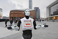 Milano, Novembre 2017 - il robot interattivo Beeg si muove nella citt&agrave; per promuovere un evento organizzato dalla associazione di consumatori Altroconsumo dedicato a nuove tecnologie ed innovazione.<br />
