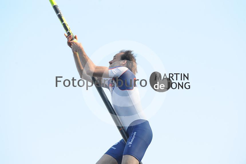 FIERLJEPPEN: BURGUM: 07-06-2013, Nationale competitie fierljeppen, Hannes Scherjon, ©foto Martin de Jong