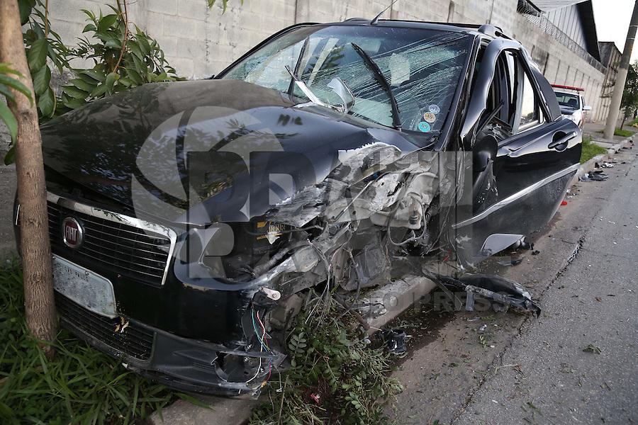 SAO PAULO, SP, 26/05/2012, ACIDENTE AV. SALIM MALUF.<br /> <br /> No final da madrugada de hoje (26), um veiculo perdeu a dire&ccedil;&atilde;o na Av. Salim Farah Maluf n&ordm; 200, invadiu a cal&ccedil;ada passando por entre os postes e o muro do local, parando somente quando teve a suspen&ccedil;&atilde;o arrancada.<br /> Segundo informa&ccedil;&otilde;es, duas pessoas ficaram feridas.<br /> <br />  Luiz Guarnieri/ Brazil Photo Press