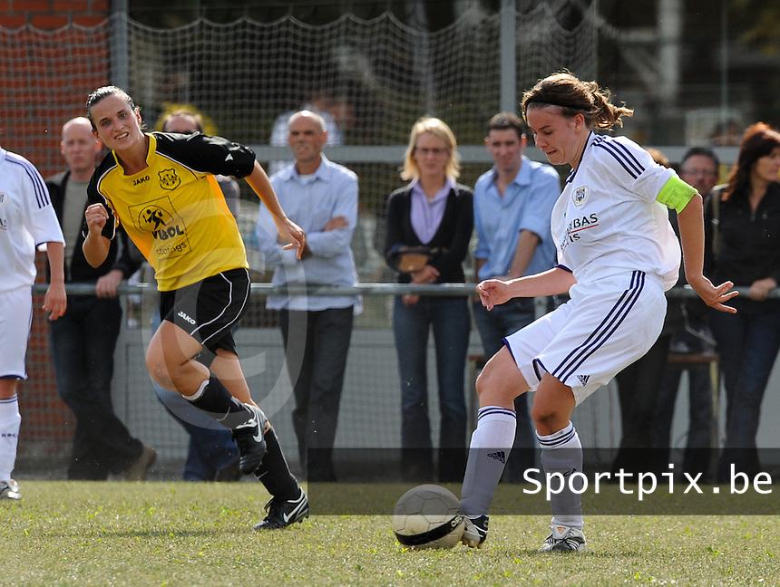 DVK Egem - RSC Anderlecht : Anneleen Segers aan de bal voor Joke Verlinde.foto DAVID CATRY / Vrouwenteam.be