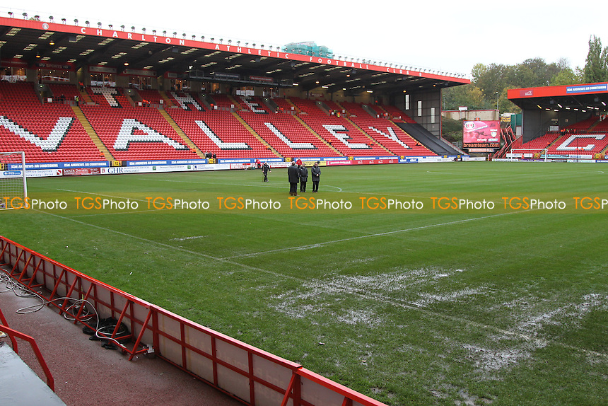 A damp surface at The Valley - Charlton Athletic vs Leeds United - Sky Bet Championship Football at The Valley, London - 09/11/13 - MANDATORY CREDIT: Simon Roe/TGSPHOTO - Self billing applies where appropriate - 0845 094 6026 - contact@tgsphoto.co.uk - NO UNPAID USE