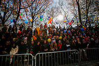 People try to take a look during the 89th Macy's Thanksgiving Annual Day Parade in the Manhattan borough of New York.  11/26/2015. Eduardo MunozAlvarez/VIEWpress