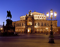 Deutschland, Freistaat Sachsen, Dresden: Semper Oper und Koenig Johann Denkmal am Theaterplatz am Abend | Germany, Saxony, Dresden: Semper Opera House and King Johann Statue at Theatre Square at night