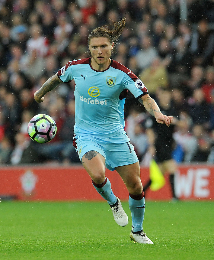 Burnley's Jeff Hendrick in action during todays match  <br /> <br /> Photographer Ian Cook/CameraSport<br /> <br /> The Premier League - Southampton v Burnley - Sunday 16th October 2016 - St Mary's Stadium - Southampton<br /> <br /> World Copyright &copy; 2016 CameraSport. All rights reserved. 43 Linden Ave. Countesthorpe. Leicester. England. LE8 5PG - Tel: +44 (0) 116 277 4147 - admin@camerasport.com - www.camerasport.com