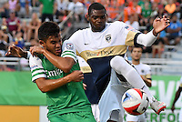 HEMPSTEAD - USA. 13-07-2016: Andres Flores (Izq) jugador del New York Cosmos disputa el balón con Osneider Alvarez (Der) jugador de Jacksonville Armada FC durante partido por la temporada de otoño 2016 de la North American Soccer League (NASL) jugado en el estadio James M. Shuart Stadium de la ciudad de Hempstead, NY./ Andres Flores (L) player of New York Cosmos vies for the ball with Antony Wallace (R) player of Jacksonville Armada FC during match for the fall season 2016 of the  North American Soccer League (NASL) played at James M. Shuart Stadium in Hempstead, NY. Photo: VizzorImage/ Gabriel Aponte / Staff