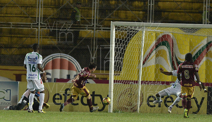 IBAGUÉ -COLOMBIA, 15-09-2013. Hugo LUsardi (I) del Tolima dispara para gol en contra del Huila durante partido válido por la fecha 9 de la Liga Postobón II 2013 jugado en el estadio Manuel Murillo Toro de la ciudad de Ibagué./ Tolima Player Hugo LUsardi shoots to score against Huila during match valid for the 9th date of the Postobon  League II 2013 played at Manuel Murillo Toro stadium in Ibague city. Photo: VizzorImage/STR