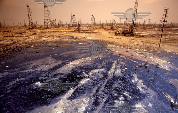 © John McDermott / Panos Pictures..Baku, AZERBAIJAN..The deserted oil fields of Bibi-Eibat, now abandoned and terribly polluted.