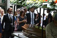 SÃO PAULO - SP -  12 DE MARÇO 2013. ENTERRO WILSON FITTIPALDI  - Emerson Fittipaldi durante enterro do pai, Wilson Fittipaldi, na tarde desta terça-feira (12), no Cemitério da Paz, no Morumbi, em São Paulo (SP). Wilson Fittipaldi tinha 92 anos e estava internado desde o dia 25 de fevereiro no Hospital Copa D'Or, zona sul do Rio de Janeiro com problemas respiratórios. FOTO: MAURICIO CAMARGO / BRAZIL PHOTO PRESS.
