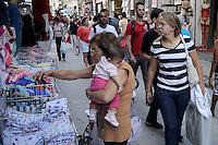 Rio de Janeiro,RJ 10/05/2013 Movimentaçao na Tradicional região de comércio do Centro do Rio de Janeiro,nesta sexta feira antes do dia das mães. FOTO: INGRID CRISTINA / BRAZIL PHOTO PRESS).