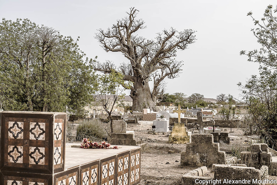 Mont Roland est une communauté catholique située à une cinquantaine de km de Mérina Dakhar. Le frère de Paul Claudel, un Père Blanc, y fit creuser un puits de 80 mètres de profondeur dans la mission catholique : le premier d'une longue série.
