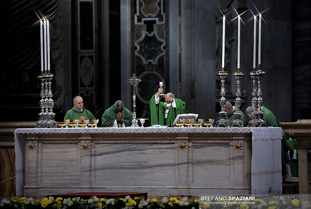 Pope Francis leads a mass marking the World day of Migrants and Refugees at St Peter's basilica in the Vatican. on January 14, 2018