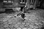 Poland, November 2004<br /> Polish poverty<br /> Adrian, 12, hangs around the poorest street in Lodz, central Poland, where once booming textile industry fell and left unemployed workers<br /> ( Filip Cwik / Napo Images dla Newsweek Polska)<br /> <br /> Lodz 30 listopad 2004 Polska.<br /> Najbiedniejsza dzielnica Lodzi. Dzieci z ulicy  Wlokienniczej dawna Kamienna wlocza sie po ulicach nie majac miejsc do zabawy<br /> nz Adrian 12 lat<br /> <br /> W Polsce dorasta wlasnie trzecie pokolenie dzieci zyjacych w permanentnej dziedziczonej po rodzicach biedzie. Z tegorocznych badan UNICEF wynika ze prawie 13% dzieci wychowoje sie w rodzinach w ktorych dochod jest co najmniej o polowe nizszy od przecietnego. Niemal co osme dziecko zyje wiec w nedzy a niedozywionych jest 32% dzieci. Wiekszosc Polakow niemal / 85% / z trudem radzi sobie z przezyciem od pierwszego do pierwszego. Ponad polowa / 52,5% / zalega ponad trzy miesiace z czynszem. Tyle samo osob, aby poprawic swoja sytuacje materialna radykalnie ogranicza wydatki. W beznadziejnej sytuacji jest ludnosc wiejska gdzie 18,5% zyje w skrajnej nedzy. W 1991 roku rzad polski zlikwidowal Panstwowe Gospodarstwa Rolne ktore od II wojny swiatowej byly miejscem pracy dla ponad 2 mln rolnikow glownie na ziemiach odzyskanych. Ci ludzie i ich rodziny nie odnalezli sie w nowej rzeczywistosci<br /> ( Filip Cwik / Napo Images dla Newsweek Polska)