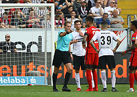 Erneuter Videobeweis beim 0:2, Schiedsrichter Sascha Stegemann bekommt Anweisungen und entscheidet auf Tor, David Abraham (Eintracht Frankfurt) und Davie Selke (Hertha BSC Berlin) daneben - 21.04.2018: Eintracht Frankfurt vs. Hertha BSC Berlin, Commerzbank Arena