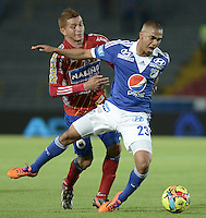 BOGOTÁ -COLOMBIA, 23-11-2013. Lewis Ochoa (Der.) jugador de Millonarios disputa el balón con Osneider Alvarez (Izq.) jugador de Deportivo Pasto durante partido por la fecha 3 de los cuadrangulares finales de la Liga Postobón  II 2013 jugado en el estadio Nemesio Camacho el Campín de la ciudad de Bogotá./ Lewis Ochoa (R) player of Millonarios fights for the ball with Osneider Alvarez (L) player of Deportivo Pasto during match for the 3rd date of final quadrangulars of the Postobon  League II 2013 played at Nemesio Camacho El Campin stadium in Bogotá city. Photo: VizzorImage/Gabriel Aponte/STR